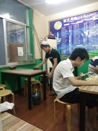 Pelayan Restoran Halal di Jinan